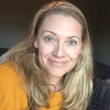 Profilbild på AnnaKarin Larsson. AnnaKarin har ljust, långt hår och bär en brandgul tröja.