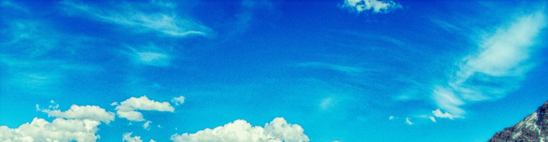 Blå himmel och några vita moln.