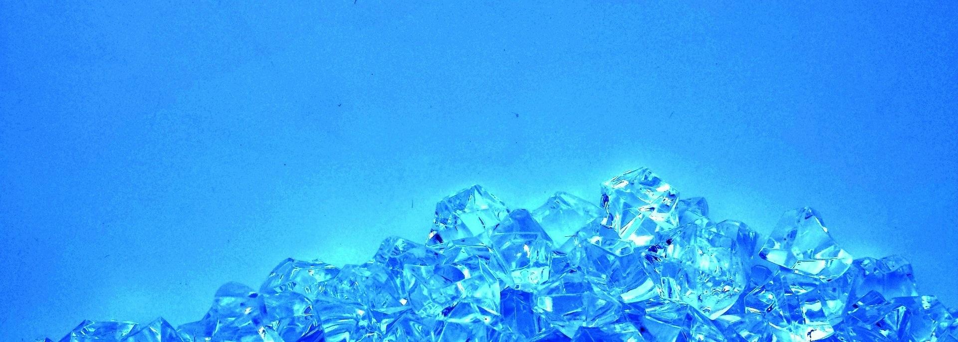 en hög av blåskimrande diamanter mot blå bakgrund.