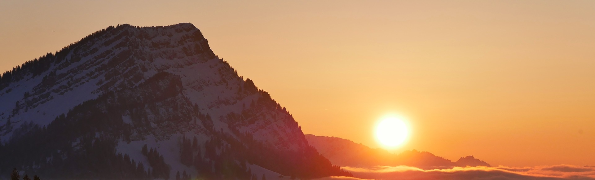 Solnedgång över vinterberg.