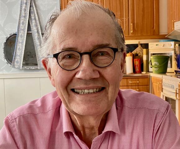 Profilbild på patientrepresentant Tord Jonsson. Tord bär en ros skjorta och svartbågade glasögon. Tord ler mot kameran.