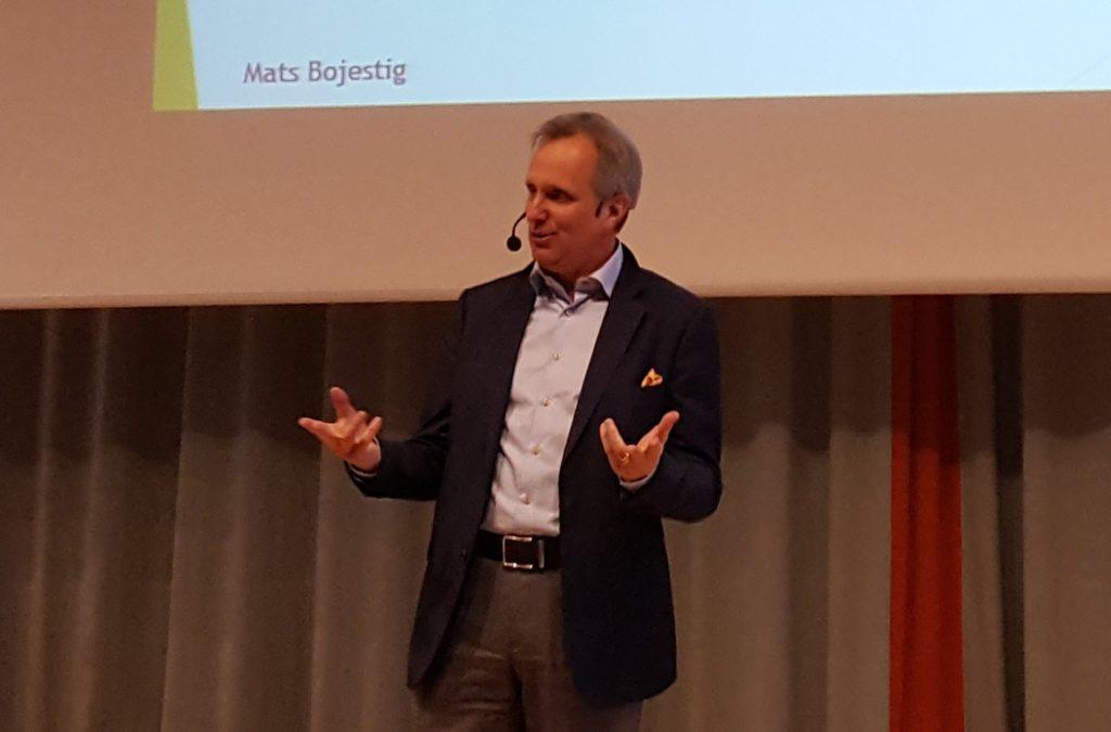 Mats Bojestig håller föredrag.