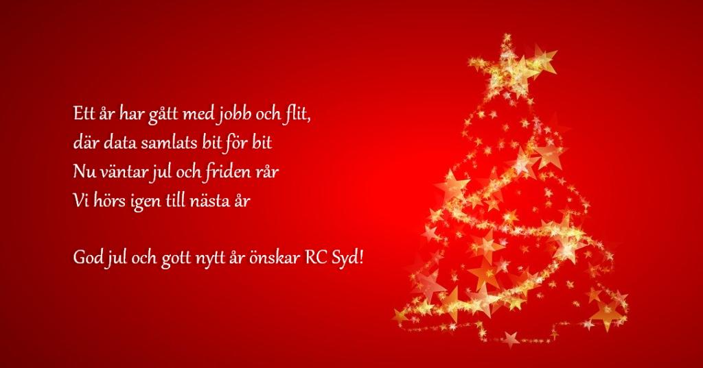 Julhälsningsrim från RC Syd. Vit text mot röd bakgrund. Till höger syns en guldfärgad julgran. Hälsningstexten lyder som följer: Ett år har gått med jobb och flit, där data samlats bit för bit Nu väntar jul där friden rår Vi hörs igen till nästa år. God jul och gott nytt år önskar RC Syd!