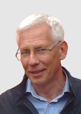 Profilbild på Gunnar Hägglund. Gunnar har vitt hår och bär glasögon, ljusblå skjorta och svart tröja.