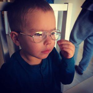 Närbild på Miles Scharafinski iförd glasögon och blå tröja. Miles ser fundersam ut.