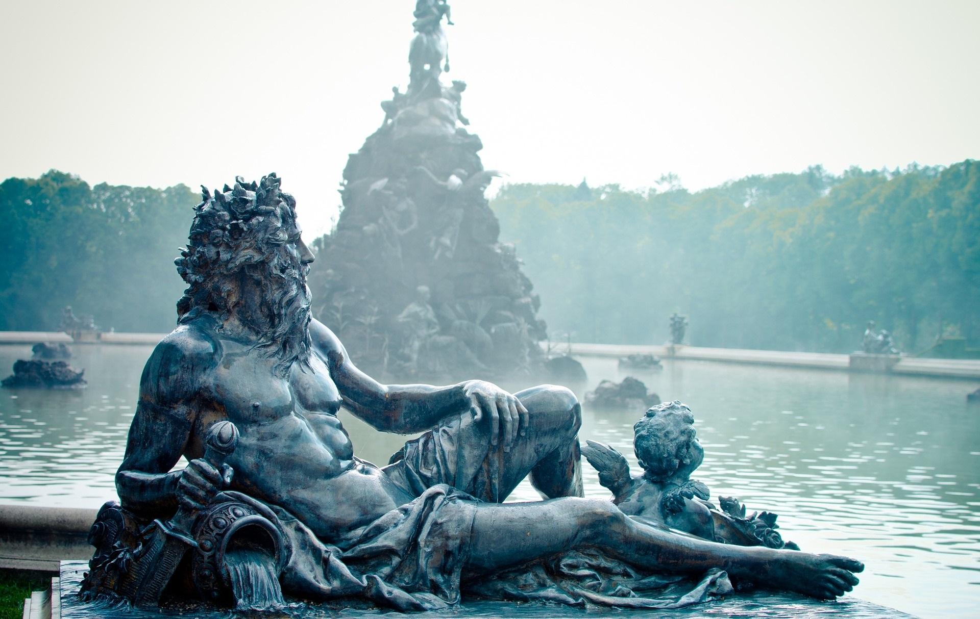 Staty av Poseidon liggandes vid sjö.